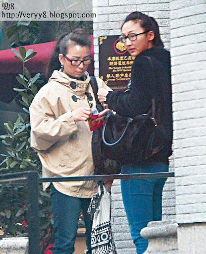 高 Ling與母親在後堂外,攞利是封封廿蚊香油錢。