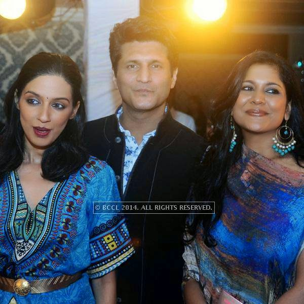 Rajiv Makhni (C)with wife Ruchi (R) at fashion designer Rina Dhaka's pre show cocktail party, held in New Delhi.