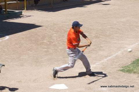 Javier González Chávez bateando en el softbol dominical