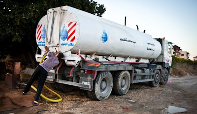The water tanker arrives. Photo by Michal Fattal