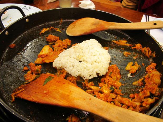 柳家韓味新潮流-達卡比炒飯-在原鍋裡加上起司及飯與原本的達卡比一起拌炒