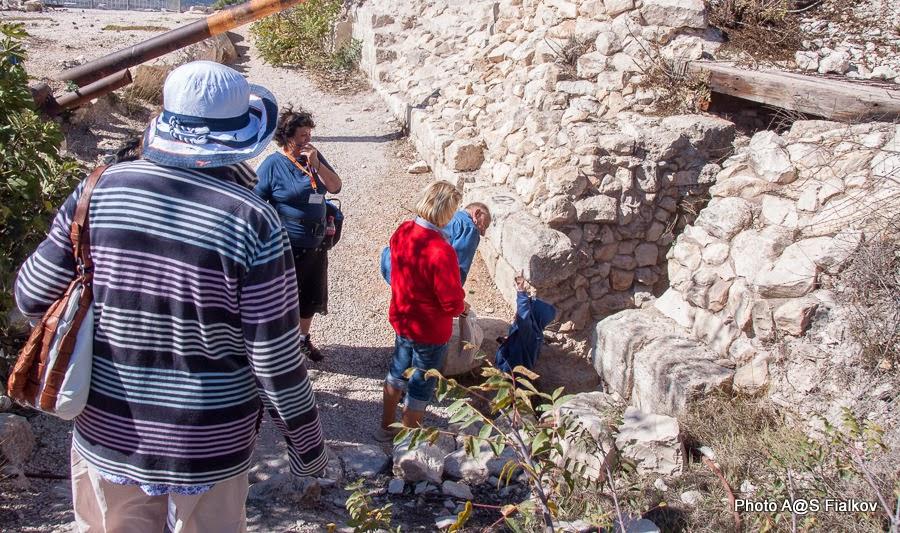 Цфат. Вход в подземелье крепости крестоносцев. Экскурсия по Верхней Галилее. Гид в Израиле Светлана Фиалкова.