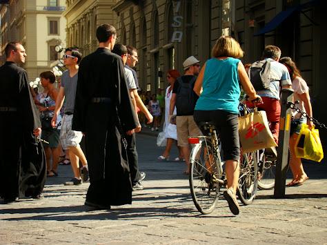 Estampa italiana: Sacerdotes, señoras que van a la compra en bici y turistas