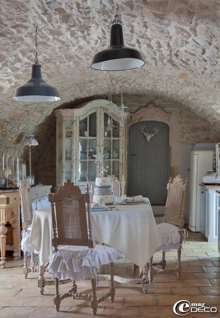 Vaisselier 'Amadeus', suspensions industrielles chinées chez 'Roberto la brocante' à Uzès, table et chaises de style Henri II chinées sur 'ebay'