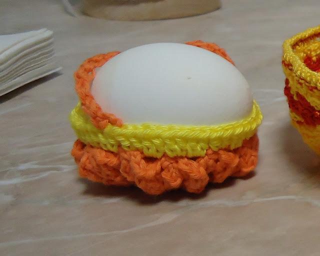 Оранжева кошница за яйце плетена на 1 кука