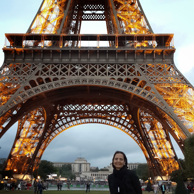 Monica na Torre Eiffel em Paris