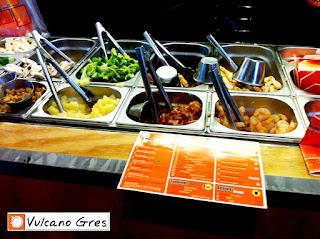 Mesa de trabajo para buffet rápido. Las cubetas guardaran la temperatura de los alimentos que necesitamos tener al alcance para preparar en este caso comida rápida para llevar estilo wok.