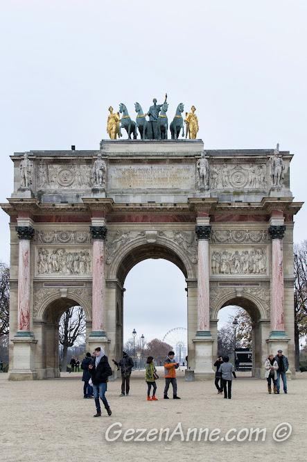 Arc de Triomphe du Carrusel ve arkada aynı eksendeki Arc de Triomphe, Paris