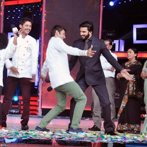 Actor Ranveer Singh shake a leg with the finalists during the grand finale of the cookery show Master Chef Season 3, held in Mumbai. (Pic: Viral Bhayani)<br />