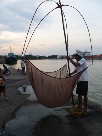 Nelayan Rebon di Pantai Cirebon