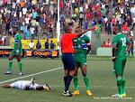 Carton rouge contre le joueur de la Sierra Leone (vert)  le 19/11/2014 au stade Tata Raphaël à Kinshasa lors du match de la 6e et dernière journée des éliminatoires de la Can 2015-Guinée Equatoriale contre la RDC, score: 1-3. Radio Okapi/Ph. John Bompengo