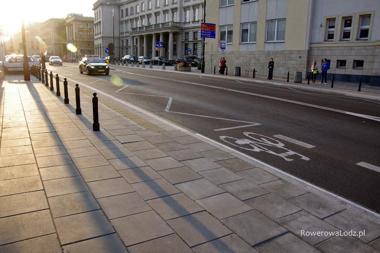 Tam gdzie zatrzymuje się autobus pas ruchu dla rowerów zanika.