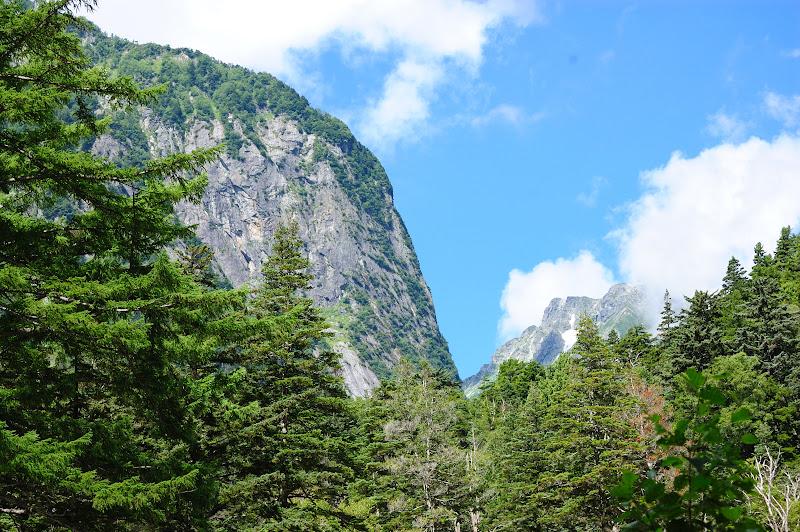 横尾山荘の前から屏風岩と奥は穂高槍ヶ岳縦走路の写真