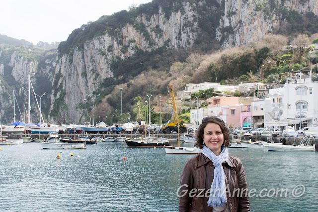 Capri limanında dolaşırken, Marina Grande