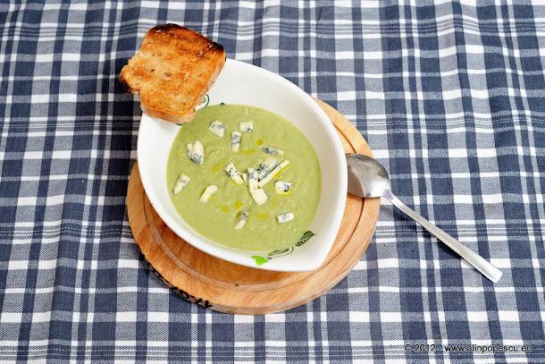 Supa crema de broccoli cu branza cu mucegai nobil si paine prajita