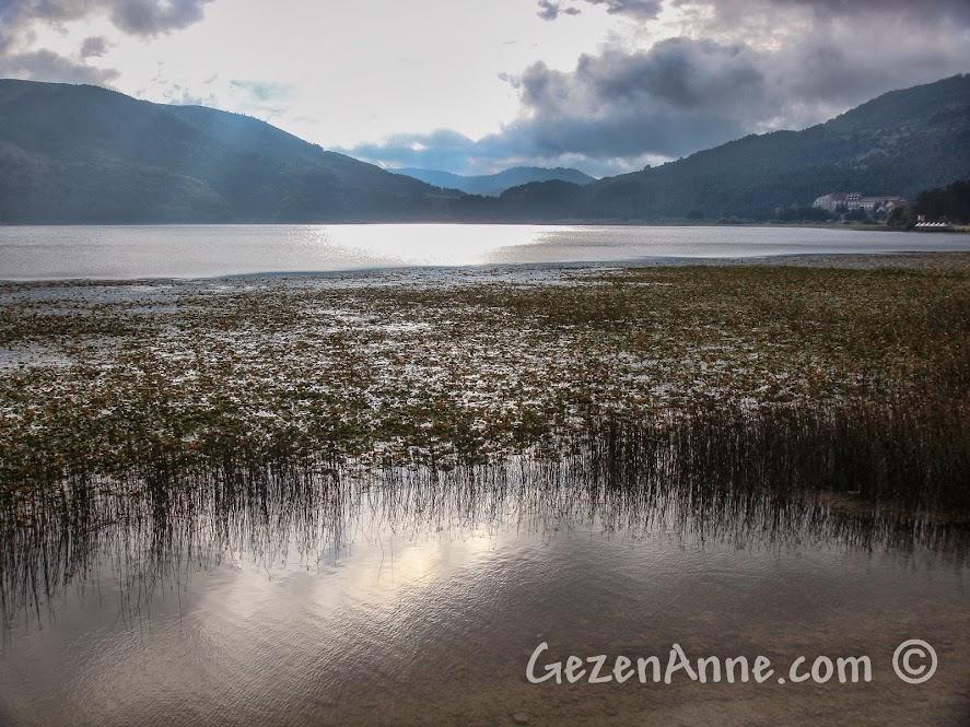 Bulutlu bir havada Abant Gölü manzarası