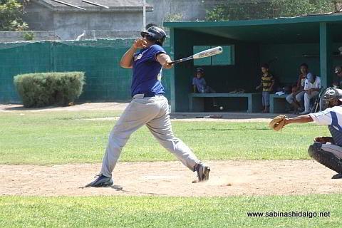 Enrique Domínguez bateando por Tiburones en el beisbol municipal
