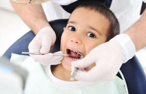 Nên làm sạch vôi răng cho bé an toàn bằng bàn chải đánh răng 1