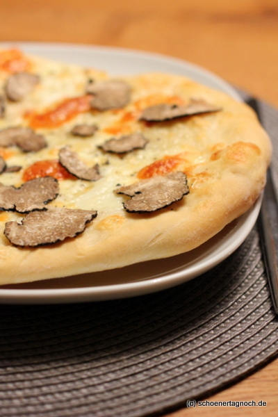 Schöner Tag noch! Pizza mit Mozzarella, Taleggio und Trüffel