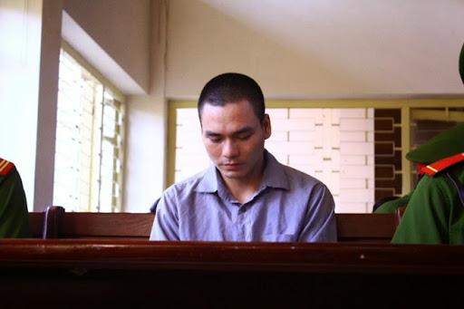 7h30, bị cáo Lý Nguyễn Chung được dẫn giải vào phòng xử. Ảnh: Đỗ Mến.