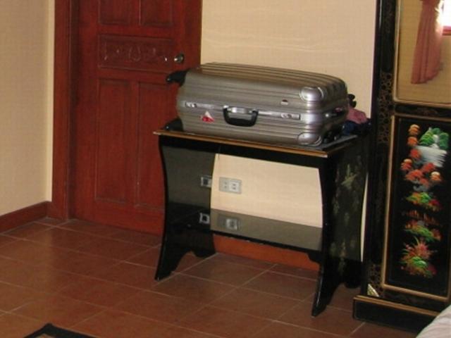 アンヘレスのスイスシャレーとイオンのスーツケース