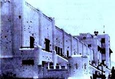 Altes, burgähnliches Gebäude mit zahlreichen Einschusslöchern.