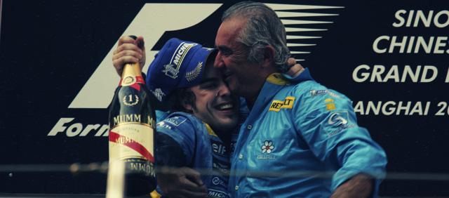 Fernando Alonso y Flavio Briatore en el podio de China 2005