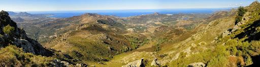 Au-dessus de Serchjalone, avant la descente raide et la traversée en courbe de niveau vers le Monte al Pratu, panoramique de Calvi à l'Île-Rousse