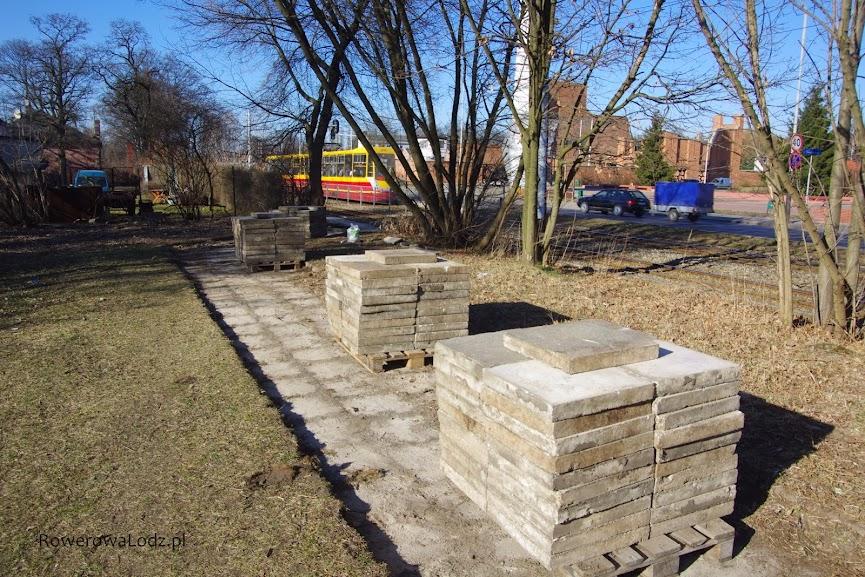 Zdemontowane stare płyty chodnikowe.