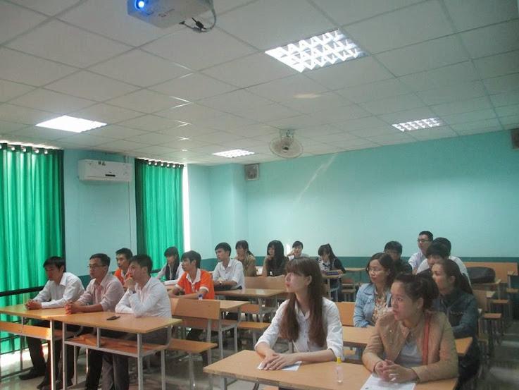 Sinh viên Cao đẳng thực hành FPT Polytechnic lắng nghe nhà tuyển dụng chia sẻ kinh nghiệm.