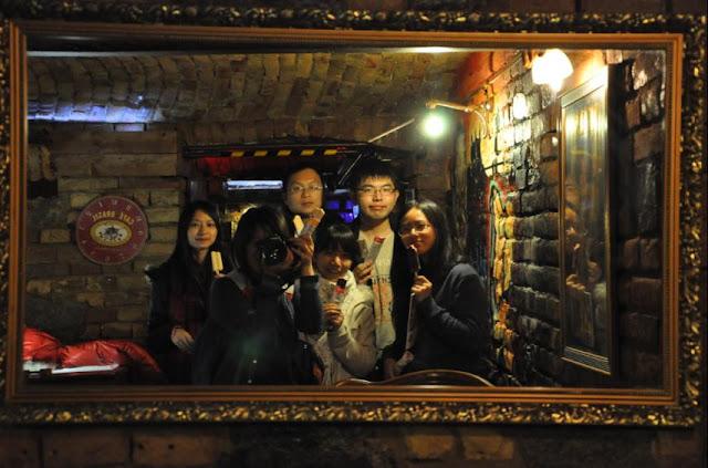 我們一行人領完免費冰棒在HOSTEL POSSONIUM的地窖主題餐廳合影