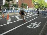 車体をしっかり傾け、一気に旋回するタンデム自転車