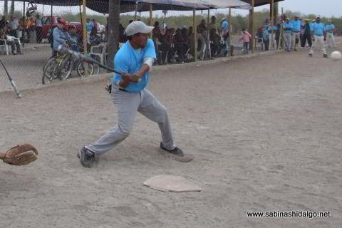 Jorge García bateando por Cerveceros en el softbol del Club Sertoma
