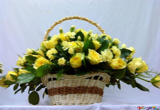 Cắm giỏ hoa hồng vàng cho phòng khách