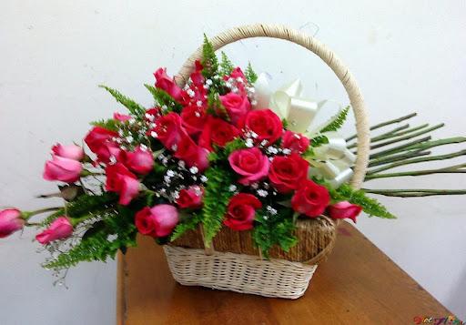 Giỏ hoa hồng pha lẫn chấm bi (hoa ngàn sao)