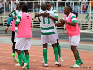 Des joueurs du DCMP de la RD Congo célébrant la victoire contre Lydia Ludic de Burundi, score : 1-0  en match aller des 16èmes de finale de la Coupe de la Confédération de la Caf. Radio Okapi/Ph. John Bompengo