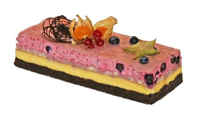 Dagens fødselsdags Kage en lækker Brownie bund med Sara Bernard Passion`s creme en tynd kagebund og øverst et lag Sara Bernard hindbær creme.... Uhmmmm den var virkelig god. dog var det ærgeligt at man ikke havde købt en mere. den var ALT for lille....