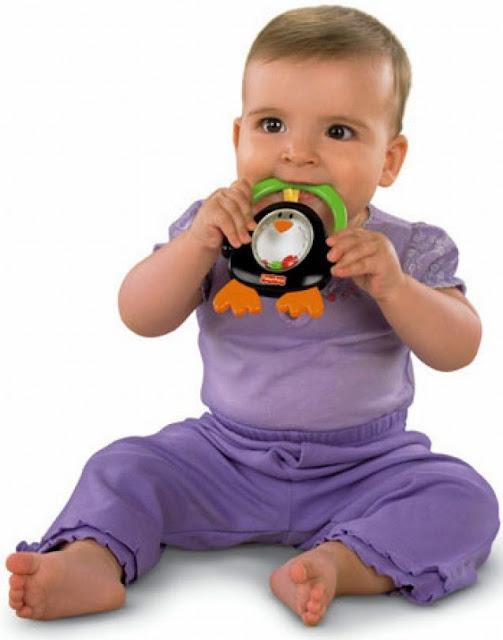 Chơi với Xúc xắc Chim cánh cụt Fisher Price giúp bé nhà bạn phát triển toàn diện cả về thể chất lẫn tinh thần