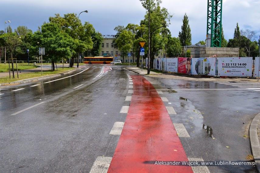 Dojazd do skrzyżowania ul. Markowską. Jest widoczny pas ruchu dla rowerów jadących w tę stronę. Na samym skrzyżowaniu widać jednak modyfikacje.