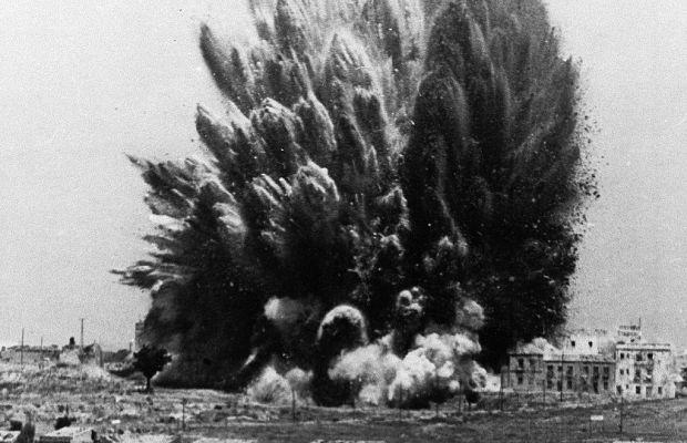 Утечка природного газа, произошедшая 20октября 1944 года вКливленде, США, привела кпоистине чудовищной аварии. Из-за ошибки конструкции бака газ непросто вылился, ноипопал вканализацию, уничтожив кроме завода ещё исотню домов. Погибло около ста тридцати человек, ущерб оценивался всемь миллионов долларов.
