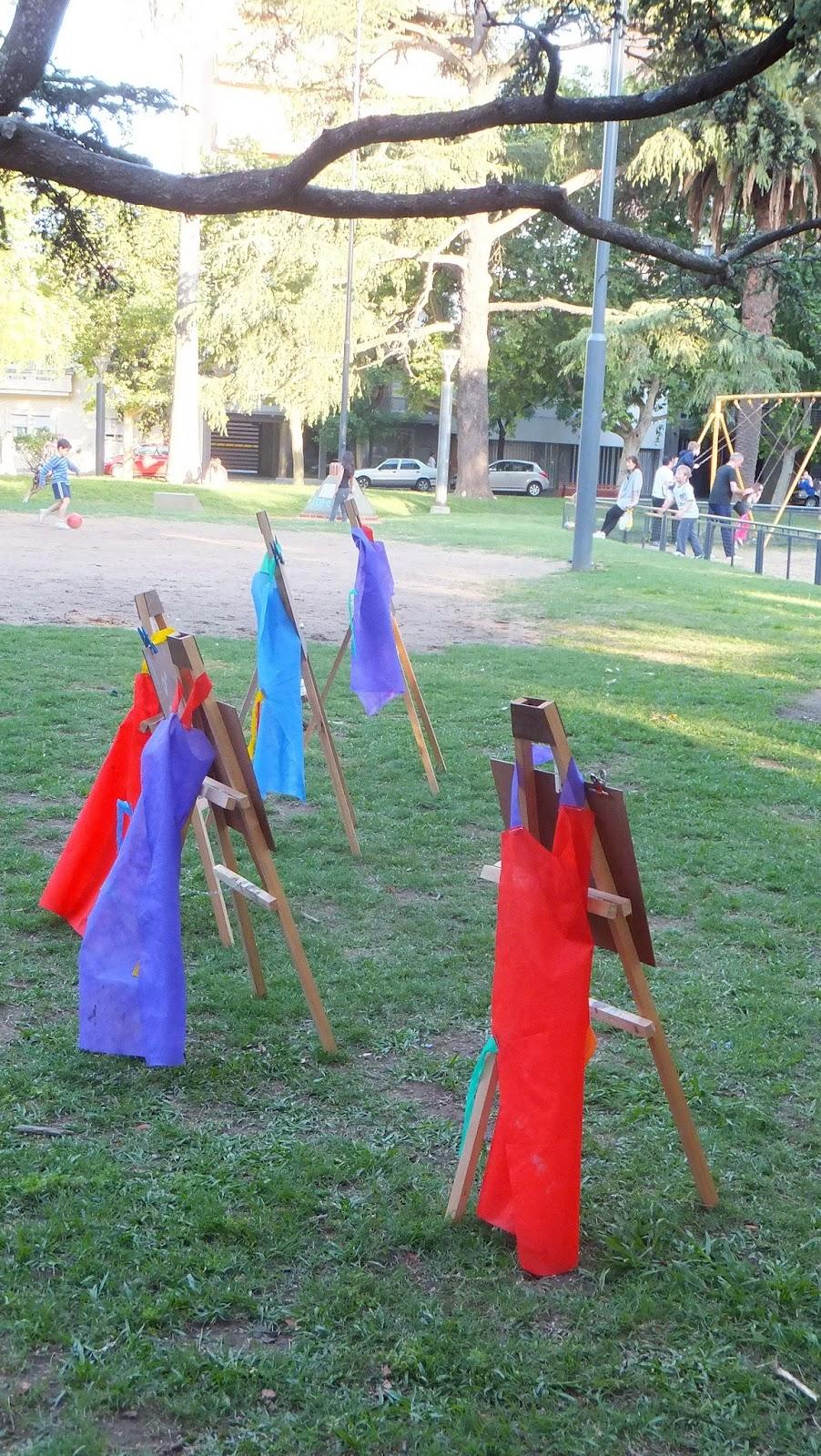 Atriles de pequeños pintores en Plaza López, Rosario