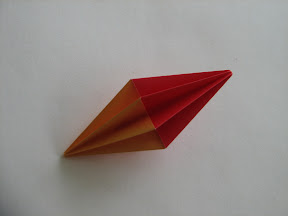 Fluted Diamond by Molly Kahn Instructions: http://www.origami-resource-center.com/fluted-diamond.html