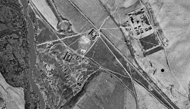 Foto aerea 1958 donde se aprecia completamente destruido el pueblo de Vaciamadrid. A la derecha se observa el nuevo pueblo en construcción. Señalado con un punto el asentamiento de Miralrío.
