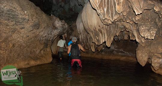 stalaktit di dalam gua cerme, imogiri, bantul