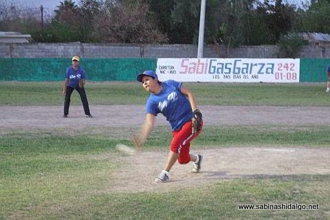 Rosy García lanzando por La Raza en el softbol femenil