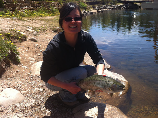 Margaret with large fish with tenkara without throwing rod in the water