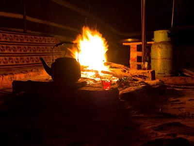El te i el foc al campament, dos dels elements essencials del viatge