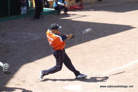 Damián Garza en el softbol dominical