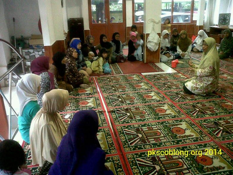 Ibu Ledia Hanifa sedang sampaikan materi