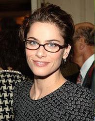 Amanda Peet com óculos de grau
